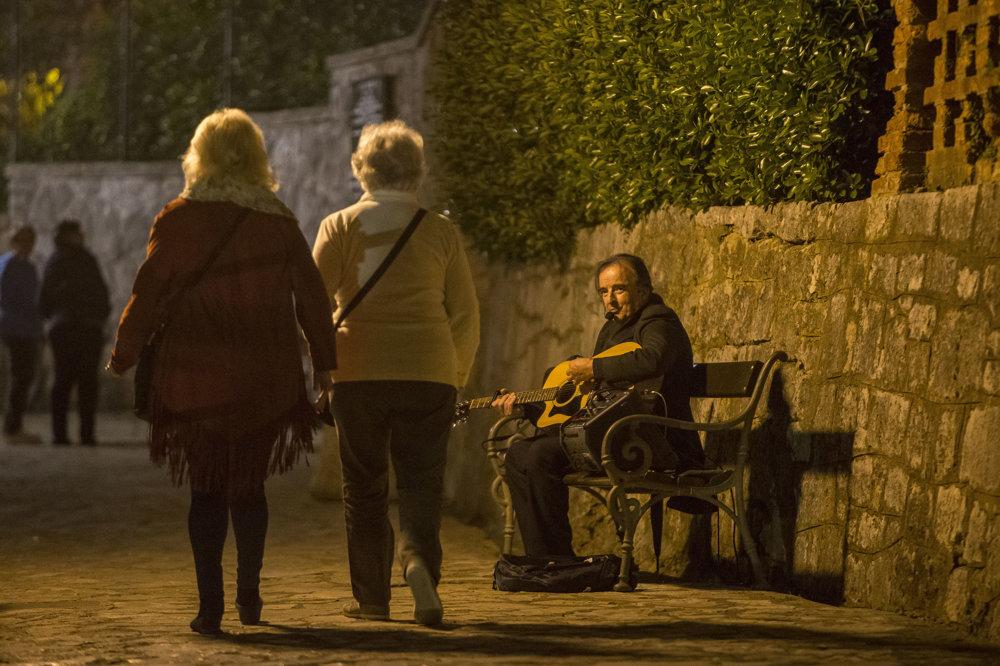 V centrách miest je vzhľadom na obdobie pred sezónou celkom živo. Mladí Chorváti večer zaplnili nočné bary. Keďže bola streda, takmer bez výnimky sa v nich sledovala futbalová Liga majstrov.