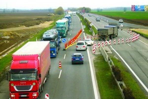 Pohľad Smerom na Trnavu, v bode, kde sa diaľnica dostáva do normálneho stavu. Dva pruhy pre každý smer.