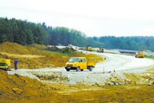 Ministerstvo dopravy chce v záujme urýchlenia výstavby diaľnic zmeniť proces stavebného konania. Podľa novely bude investor preukazovať vlastníctvo pozemku, až keď bude stavba stáť.