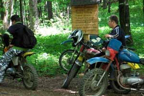 V lokalite, ktorá patrí do najvyššieho stupňa ochrany prírody, si chodievajú zajazdiť motorkári a jazdci na štvorkolkách.