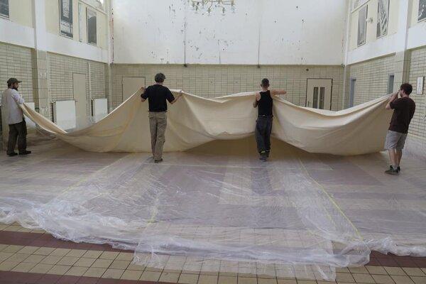 Plátno s rozmermi 8x9 m (72 m2) vzniká už tradične priamo vo verejnom priestore čakárne.
