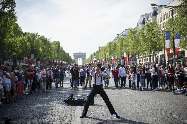 Premenu Champs-Élysées na pešiu zónu 8. mája využili rôzni žongléri a hudobníci, ktorí zabávali Parížanov.