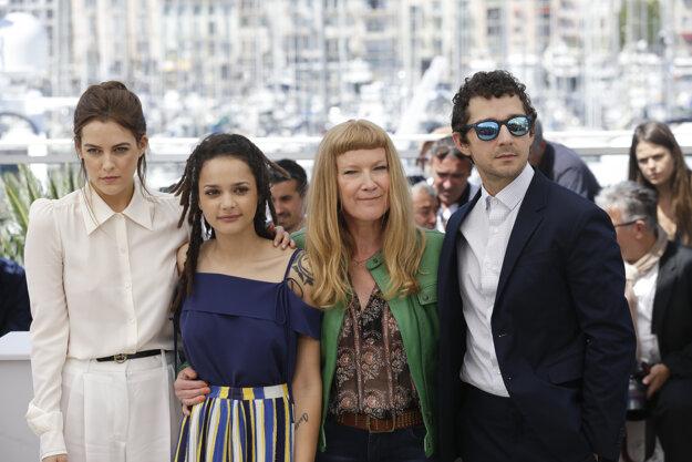 Andrea Arnold v Cannes (druhá sprava). Vedľa stojí Shia LaBeouf, druhá zľava herečka v hlavnej úlohe Sasha Lane.