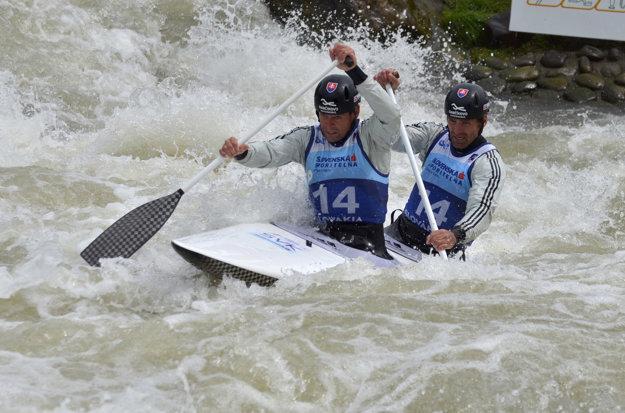 Pavol Hochschorner a Peter Hochschorner počas finále C2 na ME vo vodnom slalome.