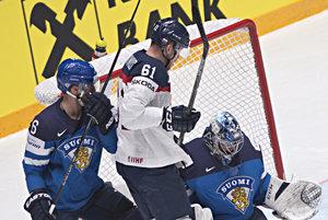 Marek Bartánus (v strede) sa snaží presadiť pred fínskym brankárom Juuse Sarosom, bráni ho Topi Jaakola.