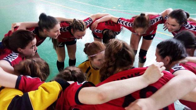 Mladšie dorastenky UDHK Nitra sobotňajším víťazstvom v Močenku potvrdili konečné druhé miesto za Michalovcami.