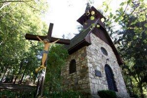 Kúpeľná kaplnka vo Vyhniach je pripisovaná práve Ladislavovi Hudecovi.