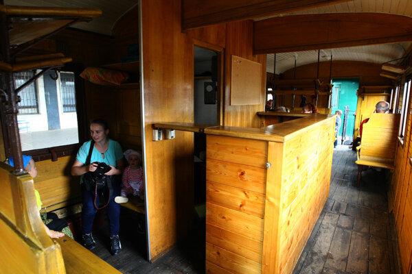 Interiér vozňov je drevený.