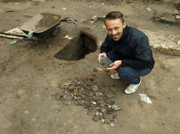 V zásobnicovej jame (v pozadí) sa našli rôzne úlomky.