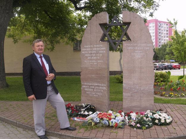 Primátor Jozef Šimko na mieste, kde kedysi stála synagóga.
