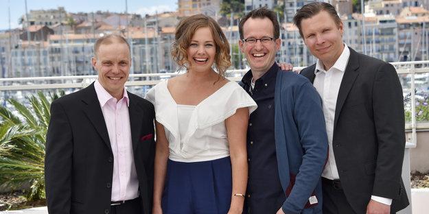 Víťazná výprava k filmu Najšťastnejší deň v živote Olliho Mäkiho. Režisér Juho Kuosmanen je druhý sprava. Jarkko Lahti v hlavnej úlohe stojí vľavo.