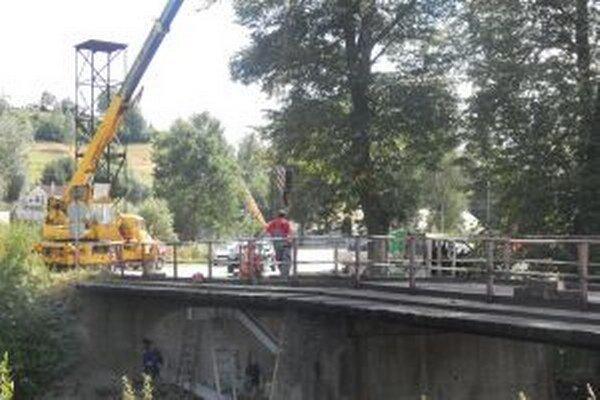 Rekonštrukcia starého mosta. Časom bude slúžiť len cyklistom a chodcom.