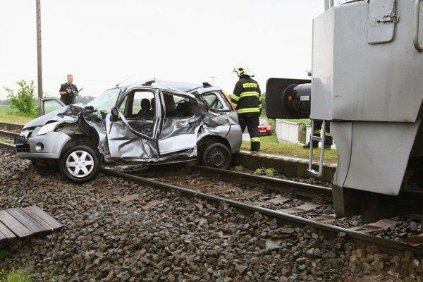 Vlak tlačil auto niekoľko desiatok metrov.
