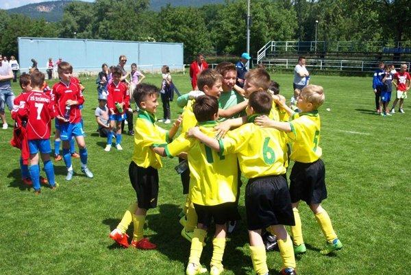 Radosť chlapcov zo ZŠ Móra Jókaiho Komárno po penaltovom rozstrele vo finále krajského kola McDonald's Cup.
