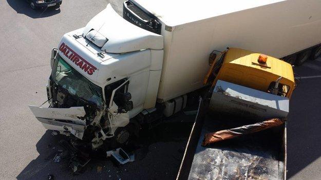 Zrazili sa dve nákladné autá.