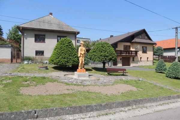 Obec po novom zdobí drevená socha gajdoša v životnej veľkosti.