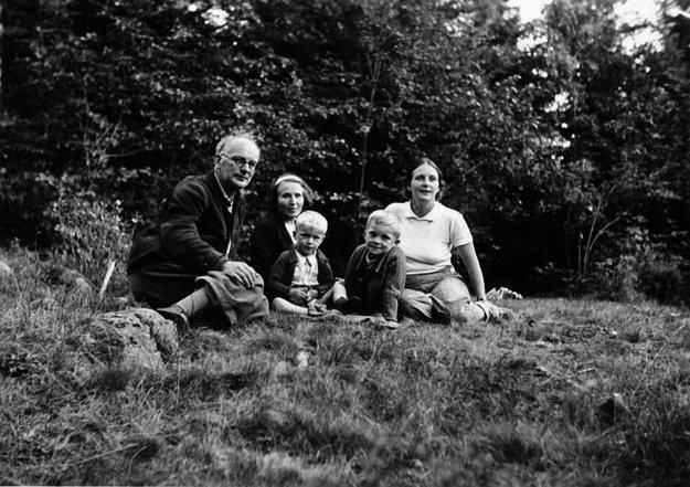 5.Plickovci na rodinnom výlete v polovici tridsiatych rokov. Druhá zľava gazdinka Majka z Oravy, ktorá bola vyše polstoročia členkou rodiny.