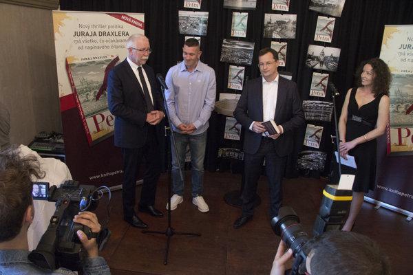 Krstnými otcami knihy exministra školstva Juraja Draxlera sa stali boxer Tomi Kid Kovács (v strede) a predseda Slovenskej akadémie vied Pavol Šajgalík (vľavo).