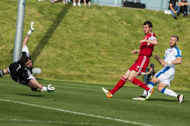 Adam Nemec (vpravo) strieľa otvárací gól zápasu.