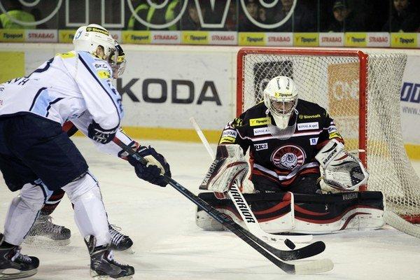 Oporou v bráne HC 05 je Andrej Košarišťan.