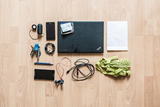 Reproduktor, telefóny, notebook, peniaze a karty, papiere, USB káble, perá, kľúče, slúchadlá, taška.