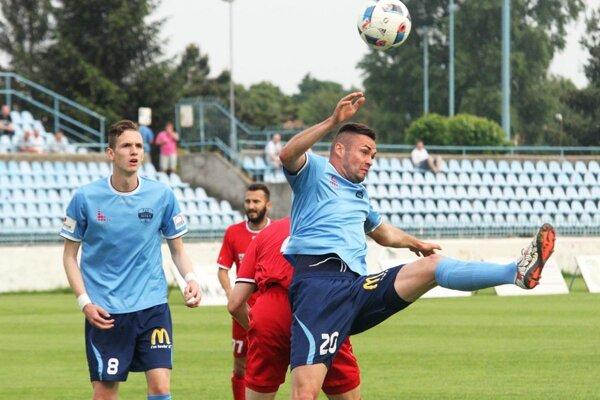 Na snímke v modrom Róbert Valenta (vpravo) a Filip Balaj. Valenta vybojoval v 77. min. penaltu a Balaj ju premenil.