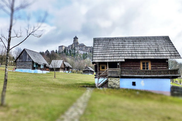 Ľubovniansky hrad a neďaleko stojaci skanzen.