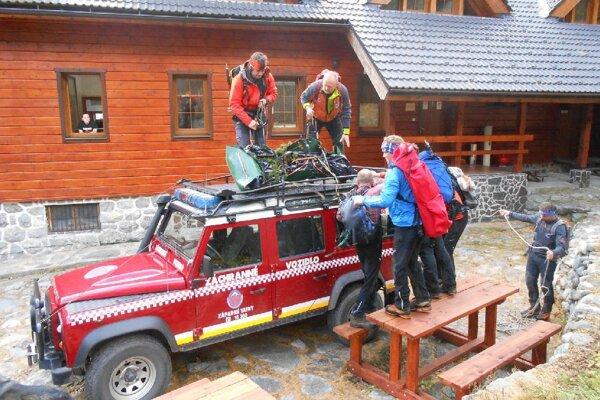 Dvojicu odviezli záchranári do ubytzovacieho zariadenia. (Ilustračné foto)