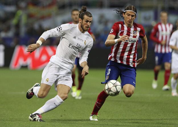 Gareth Bale (vľavo) uniká ľavému obrancovi Filipe Luisovi.