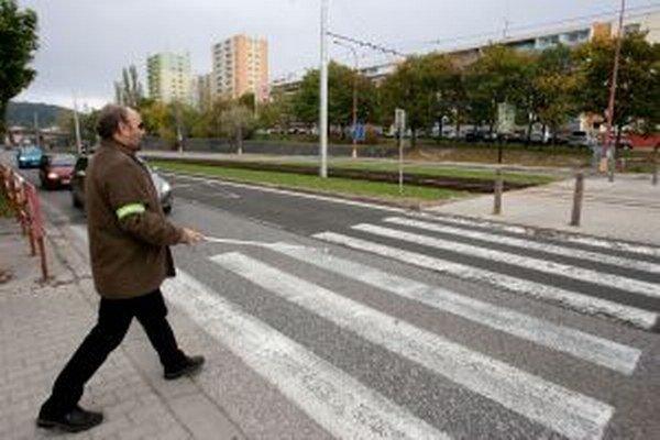 Ľudia so zrakovým postihnutím to na priechodoch cez cestu nemajú jednoduché.