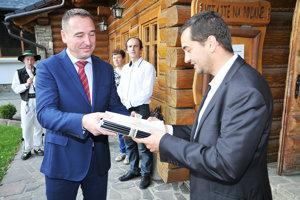 Starosta Oravskej Polhory Michal Strnál ju odovzdáva ministrovi dopravy.