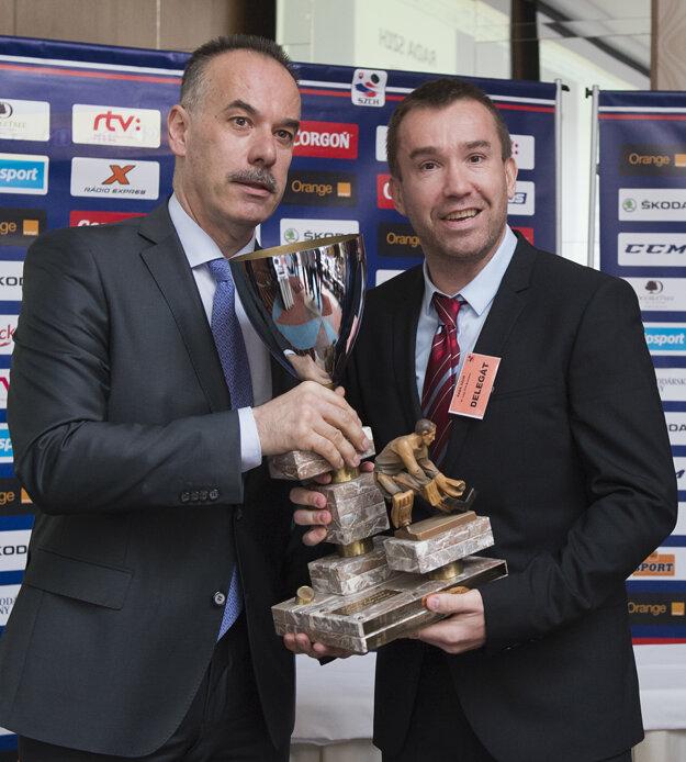 Žigmund Pálffy (vpravo) si na nedávnom kongrese prevzal od Igora Nemečka Cenu Michala Polóniho v oblasti fair play.