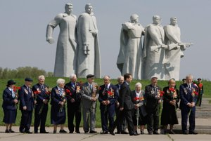 Premiér Dmitrij Medvedev a veteráni 2. svetovej vojny pred pamätníkom panfilovovcov...