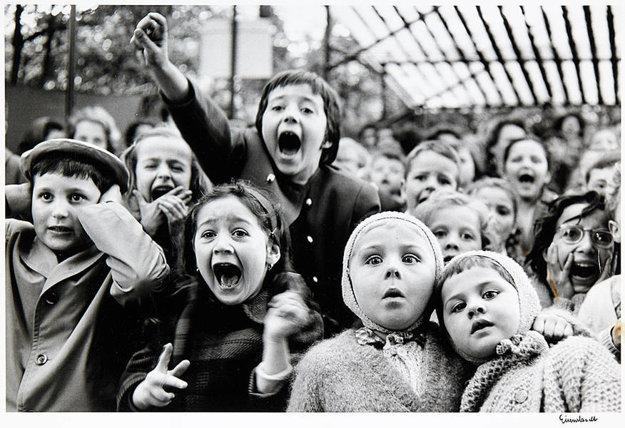 Fotografia slávneho reportéra Alfreda Eisenstaedta Deti na bábkovom predstavení v Paríži z roku 1963 je na predaj na najbližšej aukcii fotografií vo Viedni vo WestLicht galérii.