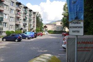 Matuškova ulica. Bez rezidentskej karty nezaparkujete.