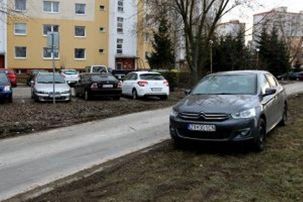 Nedostatok parkovacích miest vyháňa vodičov na chodníky a trávniky.