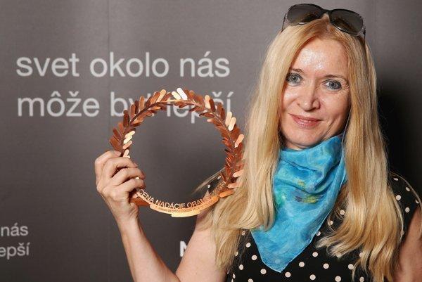Riaditeľka ETP Slovensko Slávka Mačáková pri preberaní ceny Nadácie Orange. Vavrínový veniec, ktorý je symbolom víťazstva, ale aj cti vytvorila šperkárka A. Ďurianová.
