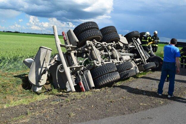 Nešťastie sa stalo na ceste medzi Šoporňou a Dlhou nad Váhom.