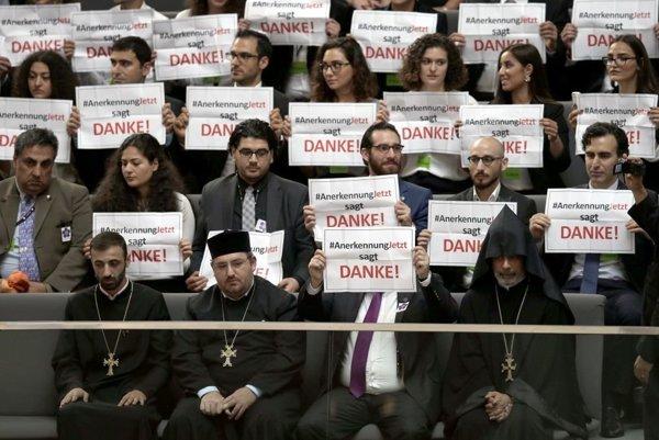 Návštevníci v nemeckom parlamente držia transparety s poďakovaním.