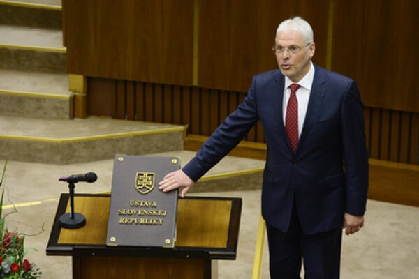 Karol Farkašovský bol moderátorom televízie Markíza, riaditeľom komunikačného odboru bratislavského letiska a najnovšie poslancom SNS.