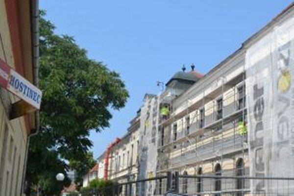 Rozsiahla rekonštrukcia lučeneckej radnice by mala byť ukončená o mesiac.
