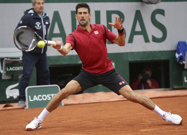 V prvom finálovom sete na Roland Garros Djokovič veľa chyboval.