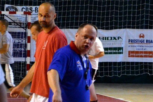 Bývalý hrajúci tréner Lučenca Michal Tarabus s novým trénerom MBK Ivanom Kurillom (v modrom).