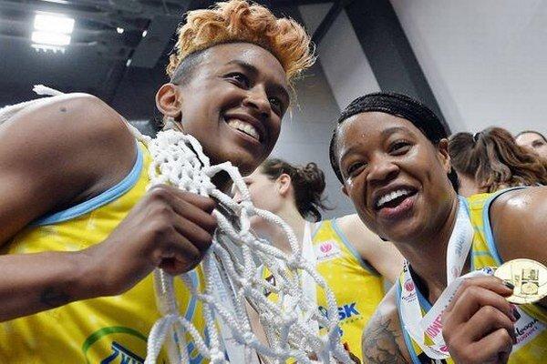 Danielle Robinsonová a Kia Vaughnová vo farbách USK Praha, tesne po triumfe v Eurolige.