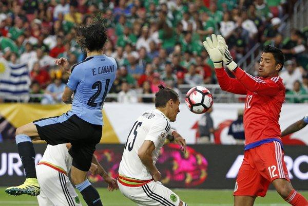 Mexický gólman Alfredo Talavera likviduje hlavičkové zakončenie uruguajského kanoniera Edinsona Cavaniho.
