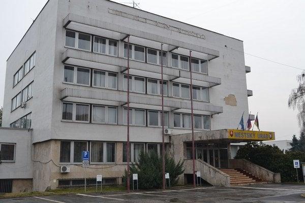 Budova mestského úradu patrí bratislavskej Univerzite Komenského.