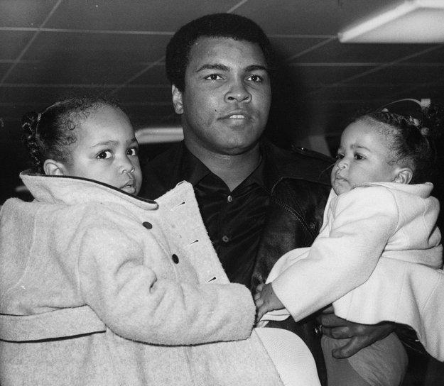 Muhammad Ali so svojimi dvoma dcéra Hanou a Layou v roku 1978