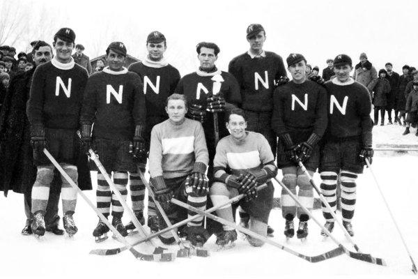 Slávny tím AC Nitra zo sezóny 1933/34 - víťaz Tatranského pohára a 3. miesto na M-SR. Zľava stoja: Tomášek, Židlický, Rožnay, Gabmayer, Valent, Szabo, Máčik, v pokľaku: Engelthaler, Neuruhrer. Na snímke chýbajú ostatní dvaja hráči Kotek a Medek.
