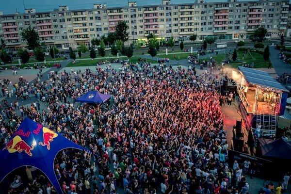 Red Bull Tour Bus prilákal na námestie stovky ľudí.