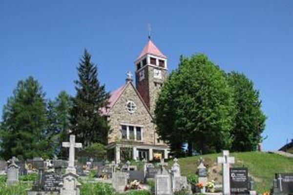Polícia pátra po doposiaľ neznámom páchateľovi, ktorý sa z nedele 25. na pondelok 26. októbra vlámal do farského kostola vo Svrčinovci.